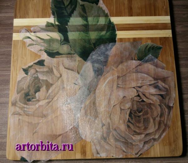 Приклеенная декупажная карта.  Декупаж на деревянной доске - белые розы.